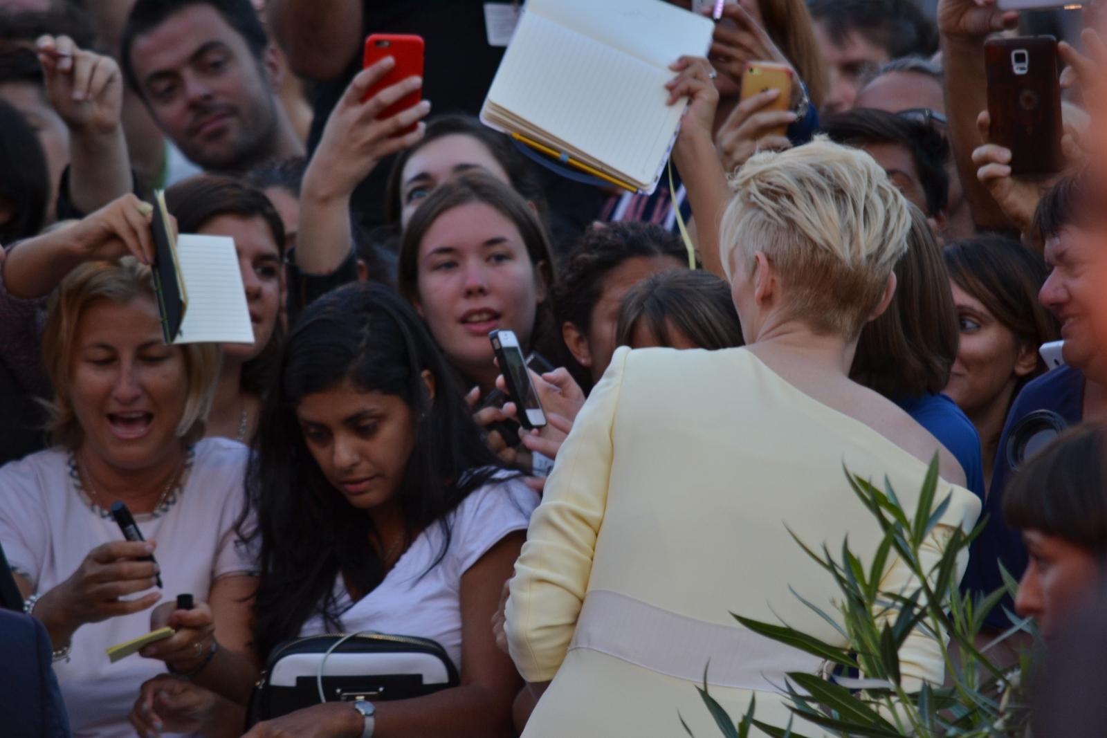 Veenezia 2015:Tilda Swinton firma autigrafi sul red carpet di A Bigger Splash
