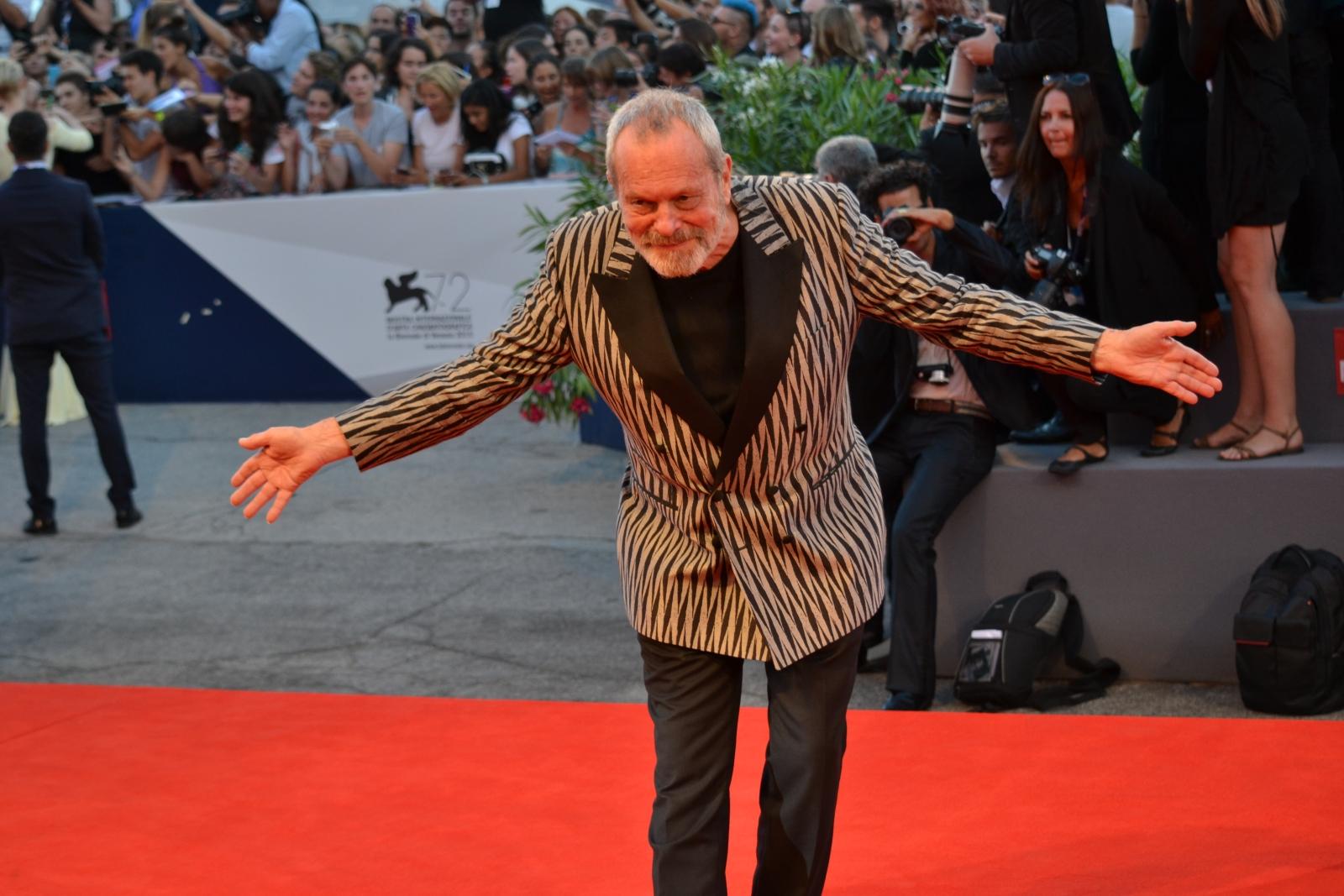 Venezia 2015: Terry Gilliam scherza con i fotografi sul red carpet di A Bigger Splash