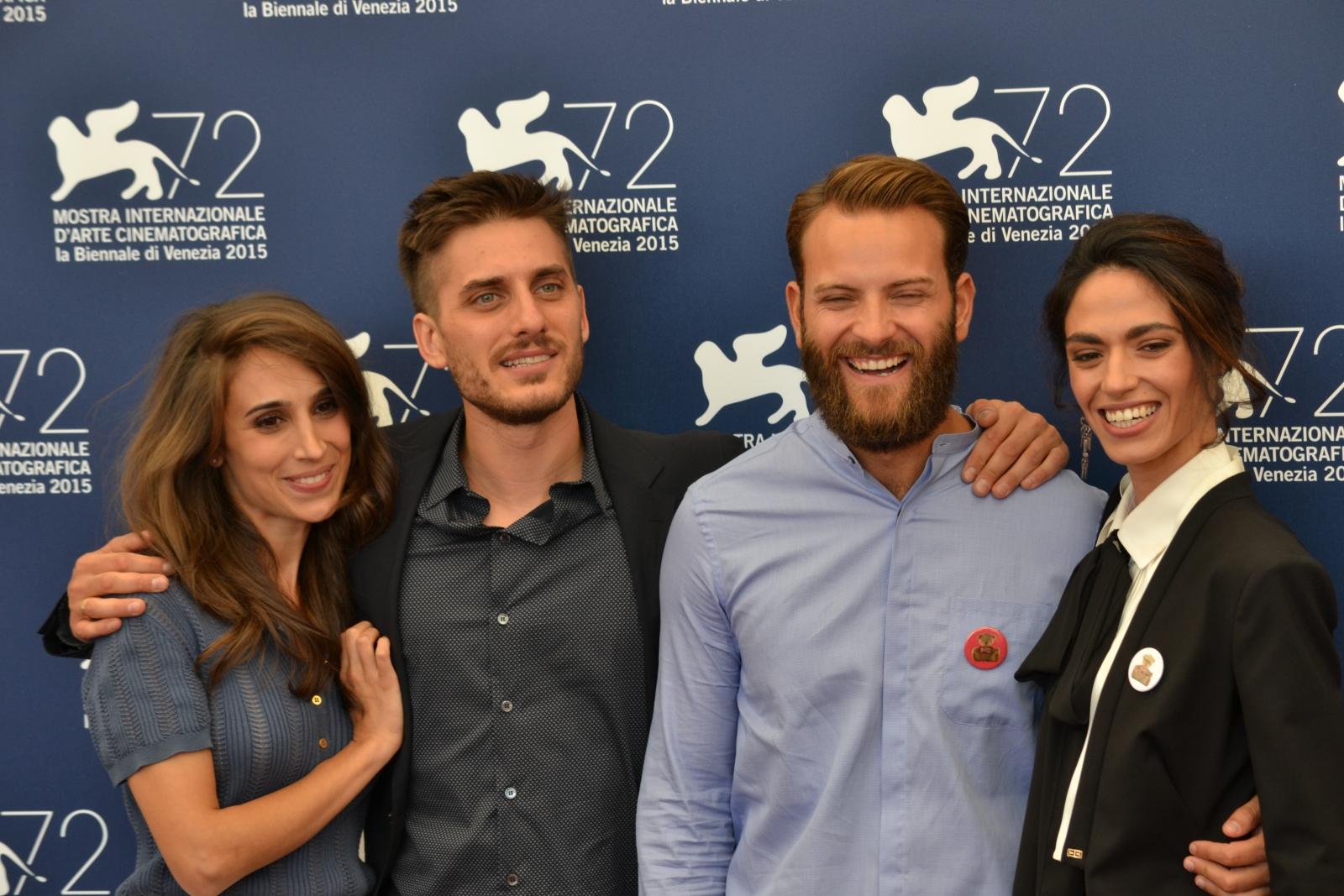 venezia 2015: Luca Marinelli, Alessandro Borghi, Silvia D'Amico, Roberta Mattei posano sorridenti al photocall di Non essere cattivo