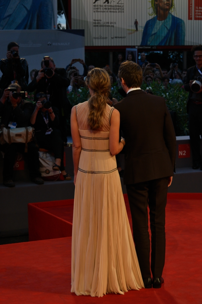 Venezia 2015: Eddie Redmayne e sua moglie davanti ai fotografi sul red carpet di The Danish Girl