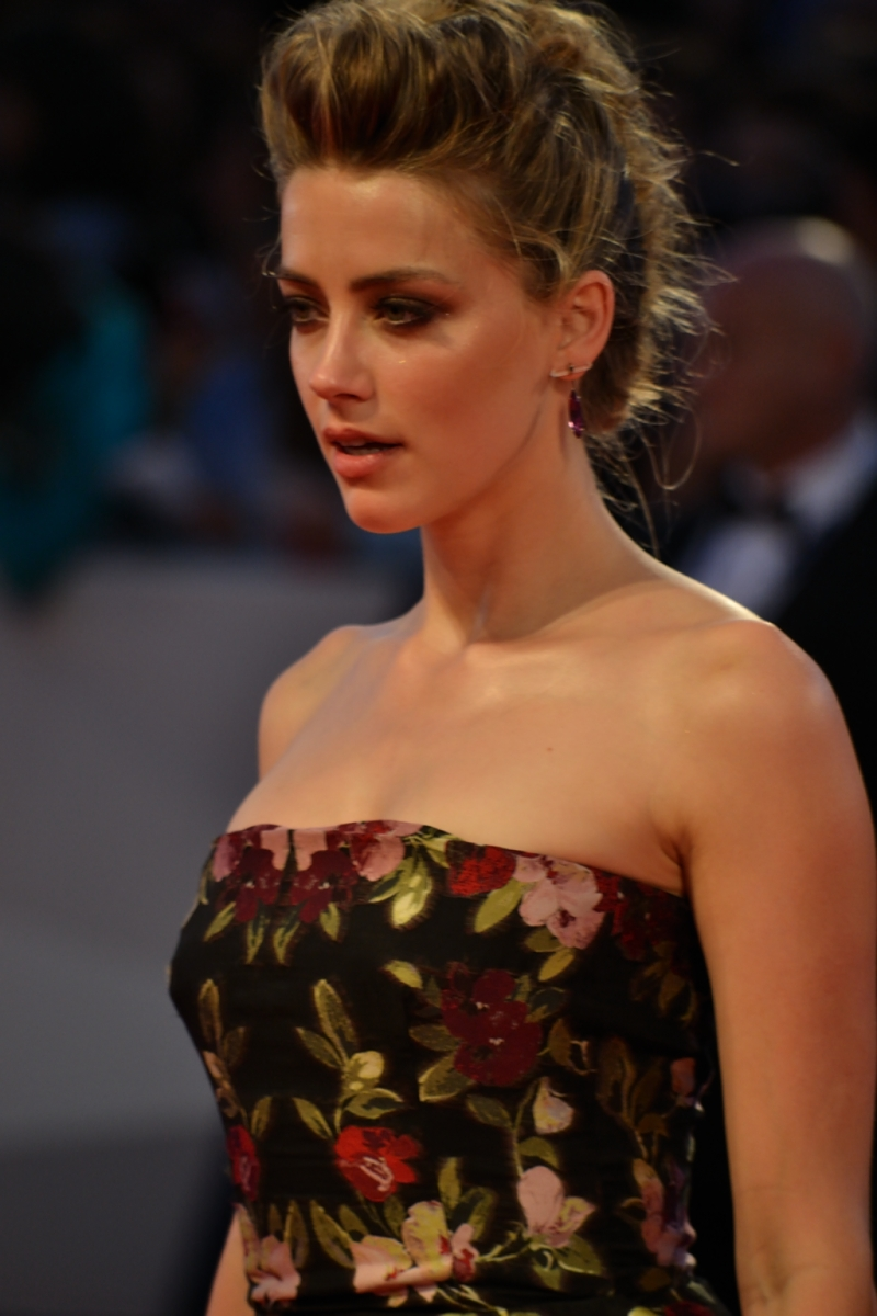 Venezia 2015: Amber Heard mentre posa per i fotografi sul red carpet di The Danish Girl