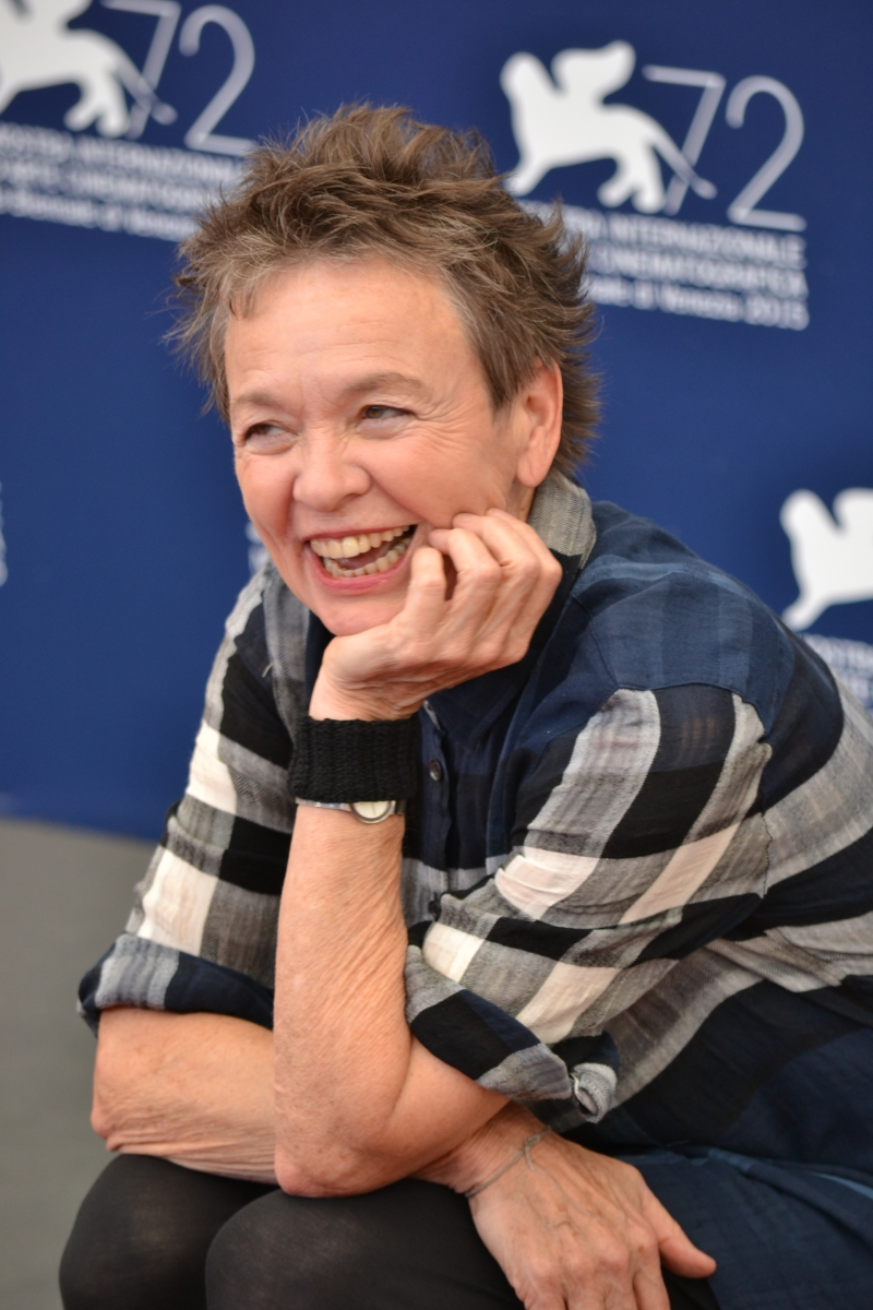 Venezia 2015: Laurie Anderson sorride al photocall di Heart of a Dog