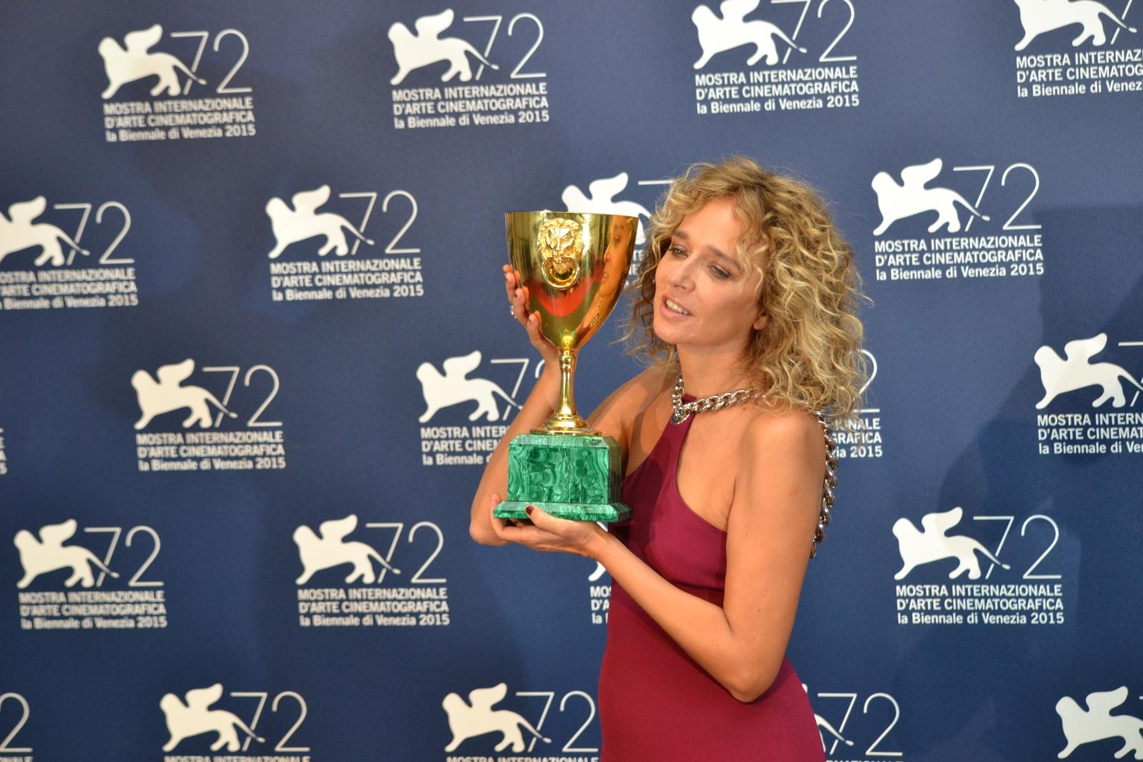Venezia 2015: Valeria Golino posa con la coppa Volpi al photocall dei premiati