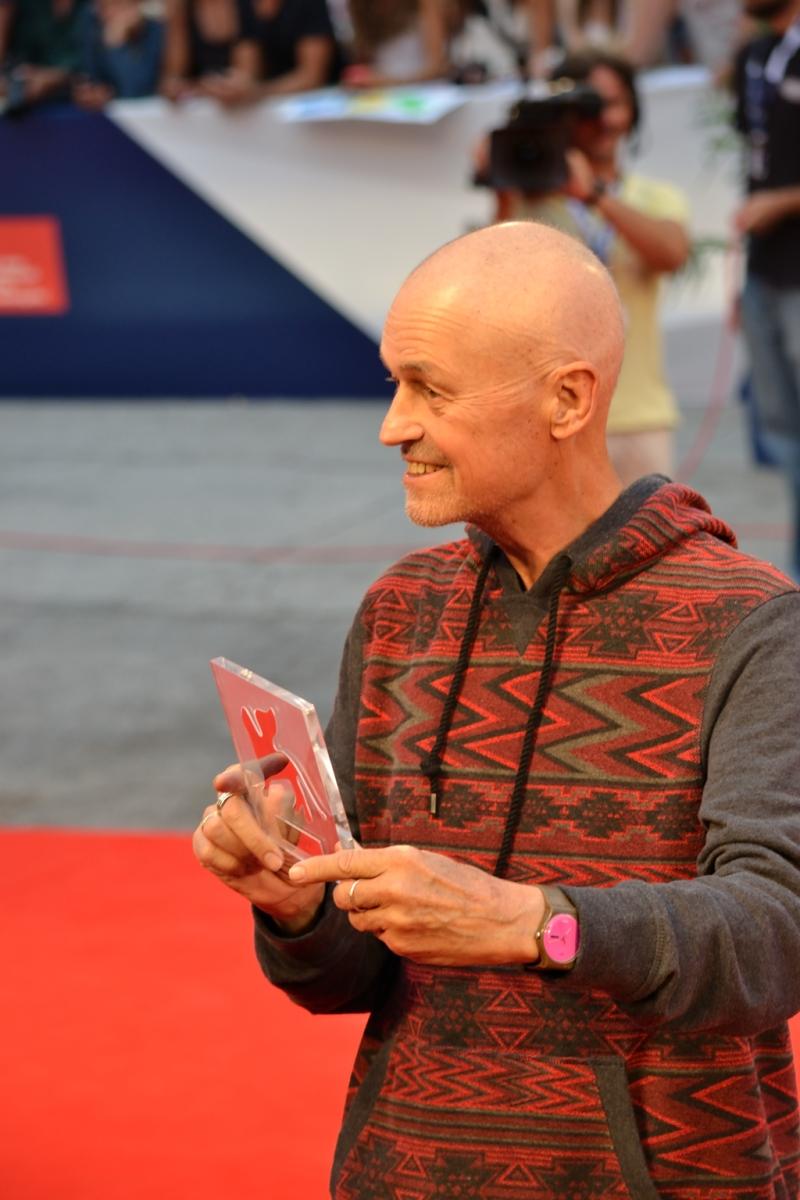 Venezia 2015: Jonathan Demme mostra il Persol Tribute to Visionary Talent Award 2015 sul red carpet