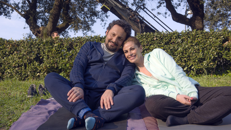 Tutte lo vogliono: Enrico Brignano e Vanessa Incontrada in un'immagine promozionale del film