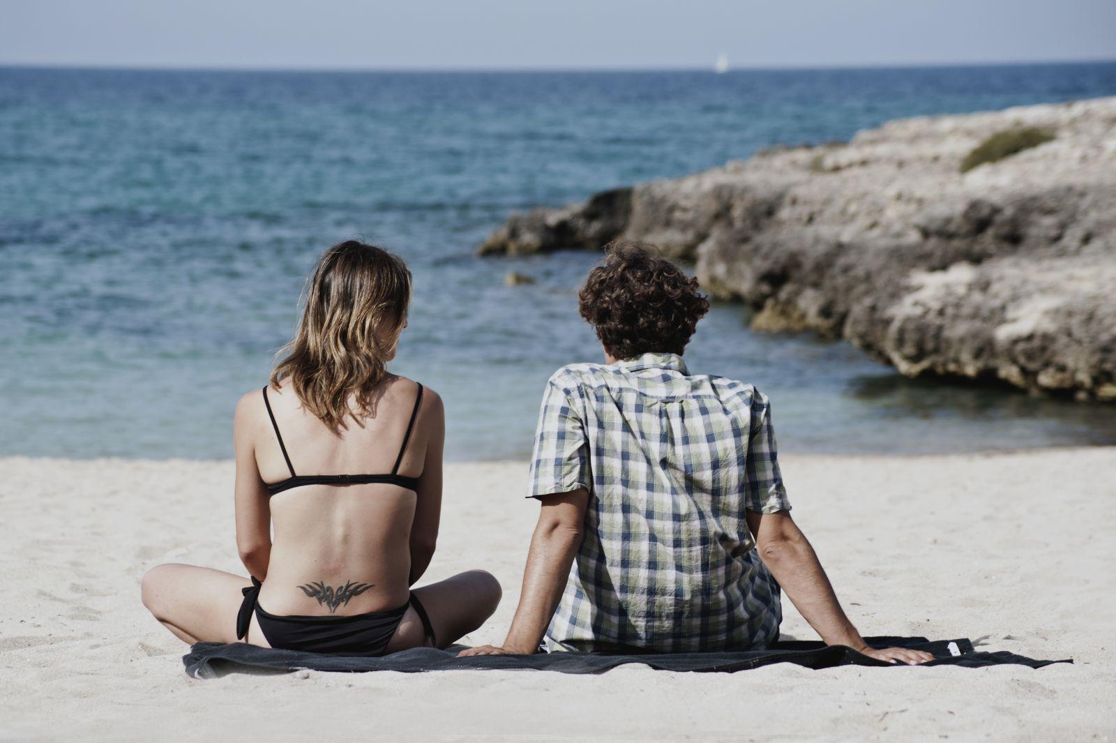 La prima luce: Daniela Ramirez e Riccardo Scamarcio di spalle in una scena del film