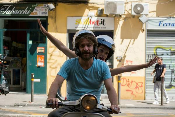 A Napoli non piove mai: Sergio Assisi e Valentina Corti in una scena del film