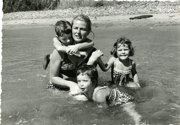 Io sono Ingrid: Ingrid Bergman al mare con la famiglia in un'immagine tratta dal documentario