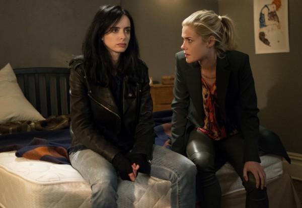 Jessica Jones: Krysten Ritter e Rachael Taylor in una scena
