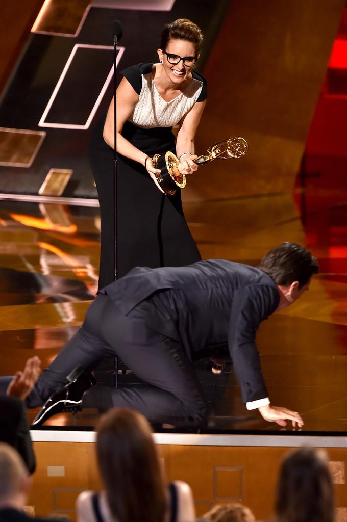 tina Fey e Jon Hamm sul palco degli Emmy 2015