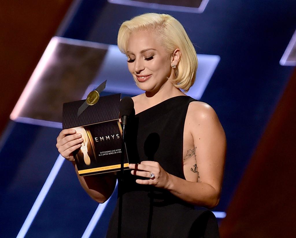 Lady Gaga durante gli Emmy 2015