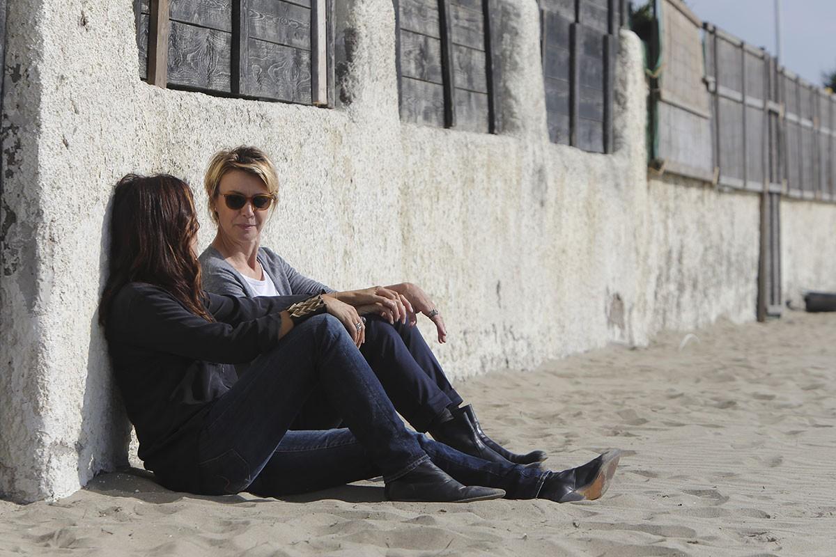 Io e lei: Sabrina Ferilli e Margherita Buy sedute sulla spiaggia
