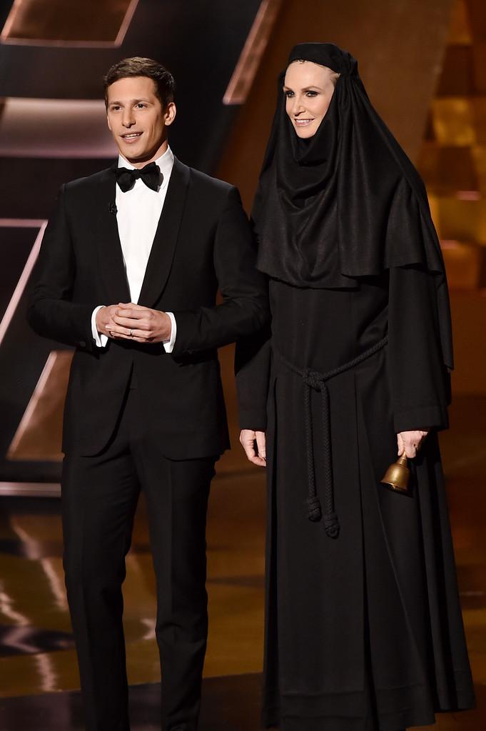 Jane Lynch e Andy Samberg durante gli Emmy 2015