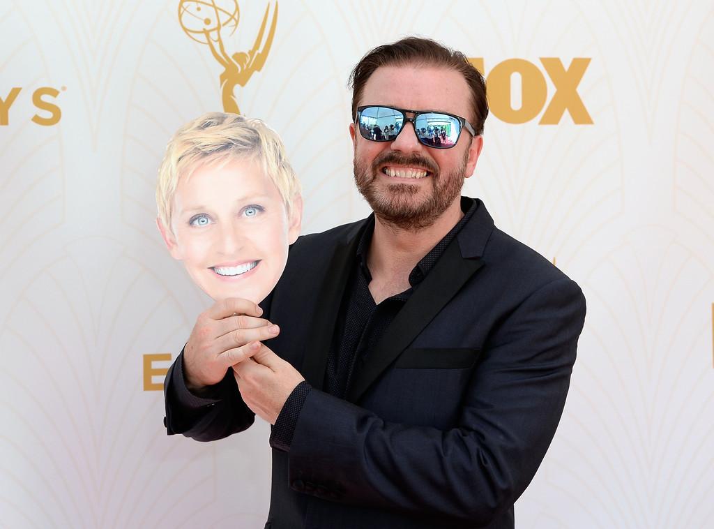 Ricky Gervais con la maschera di Ellen agli Emmy 2015