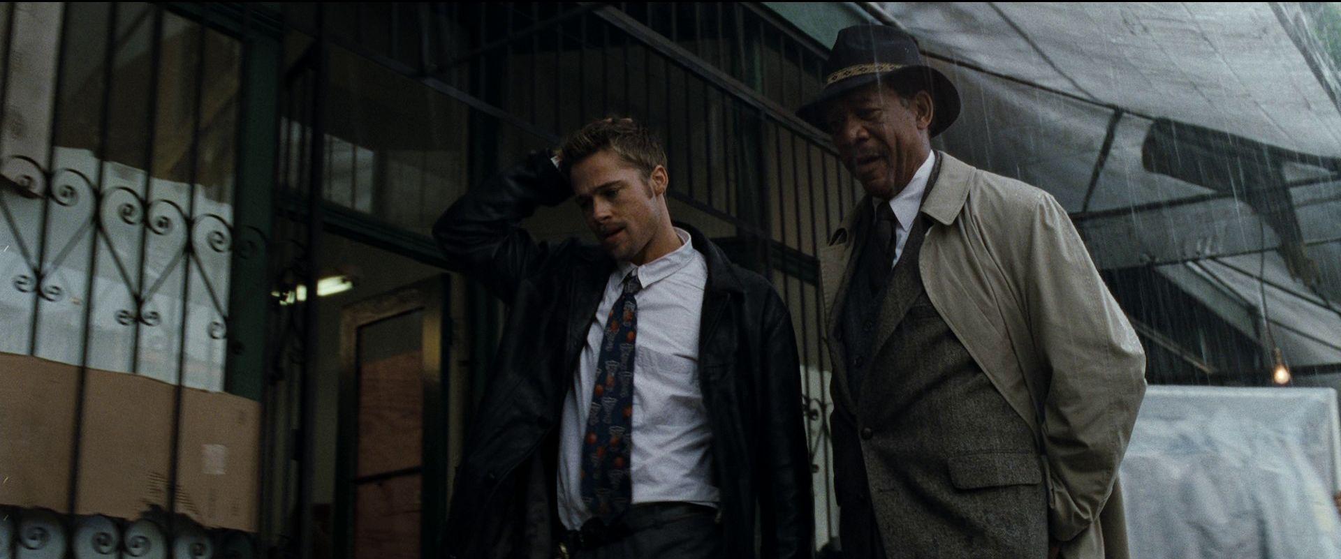 Morgan Freeman accanto a Brad Pitt in una scena di SEVEN