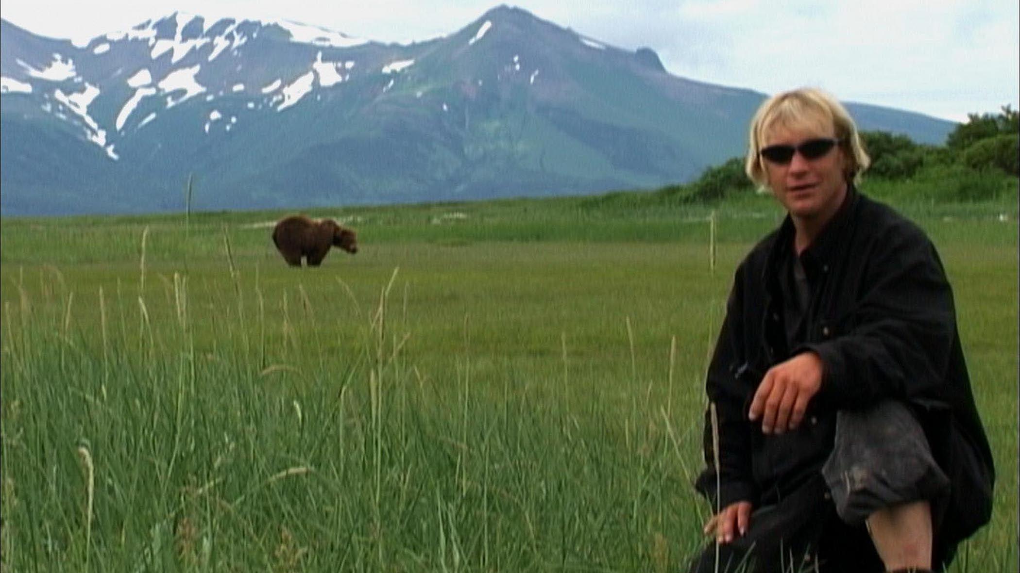 Timothy Treadwell in una scena del documentario Grizzly Man (2005)