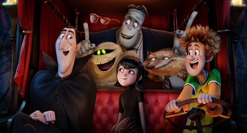 Hotel Transylvania 2: un bel momento di gruppo nel film d'animazione diretto da Genndy Tartakovsky
