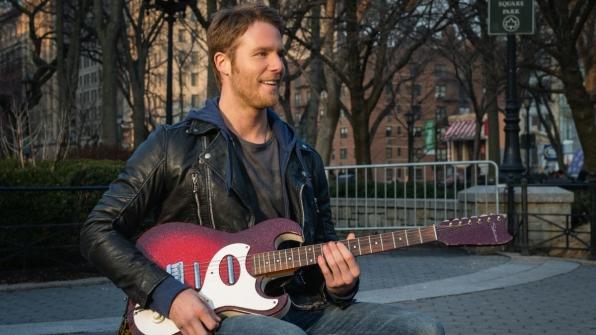 Limitless: Jake McDorman suona la chitarra in una scena del pilot