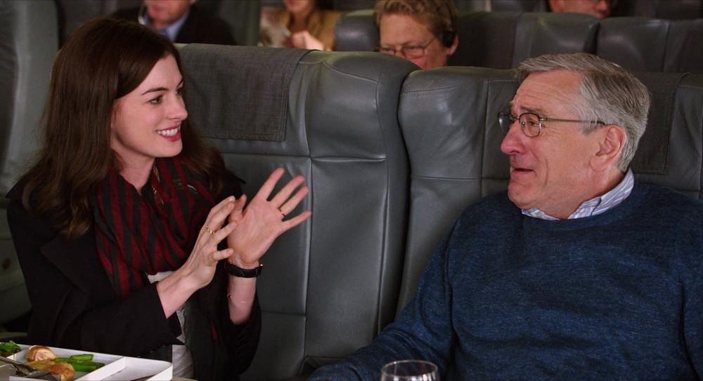 Lo stagista inaspettato: Robert De Niro e Anne Hathaway in un'immagine tratta dal film