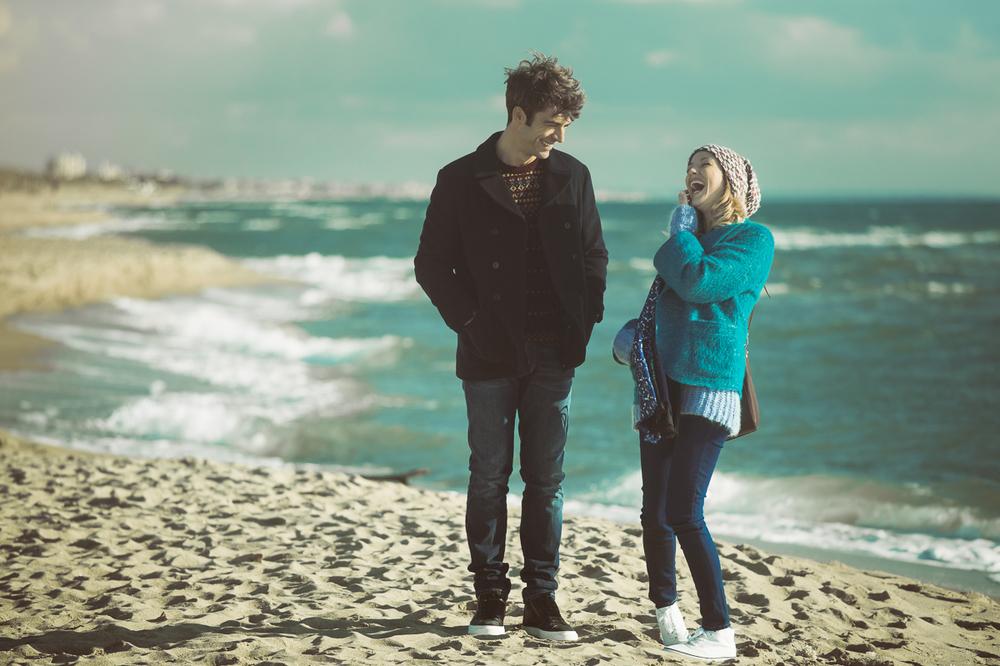 Poli opposti: Luca Argentero e Sarah Felberbaum sorridenti in un'immagine tratta dal film