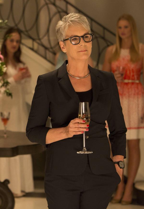 Scream Queens: l'attrice Jamie Lee Curtis in un'immagine tratta dal primo episodio della serie