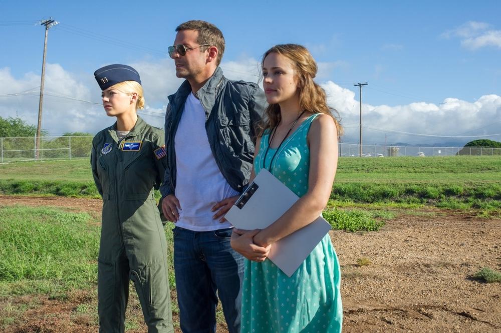 Sotto il cielo delle Hawaii: Emma Stone, Bradley Cooper e Rachel McAdams in una scena del film