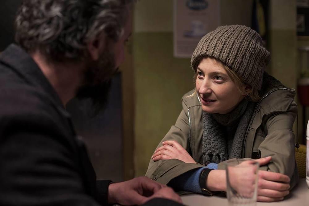 Viva la sposa: Alba Rohrwacher e Ascanio Celestini (di spalle) in un'immagine tratta dal film