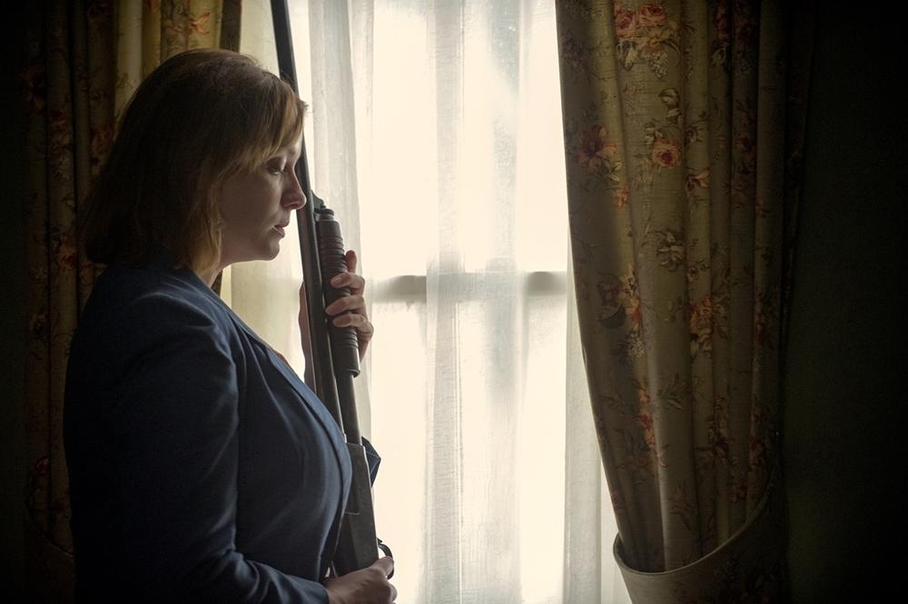 Dark Places - Nei luoghi oscuri: Christina Hendricks con un fucile in mano