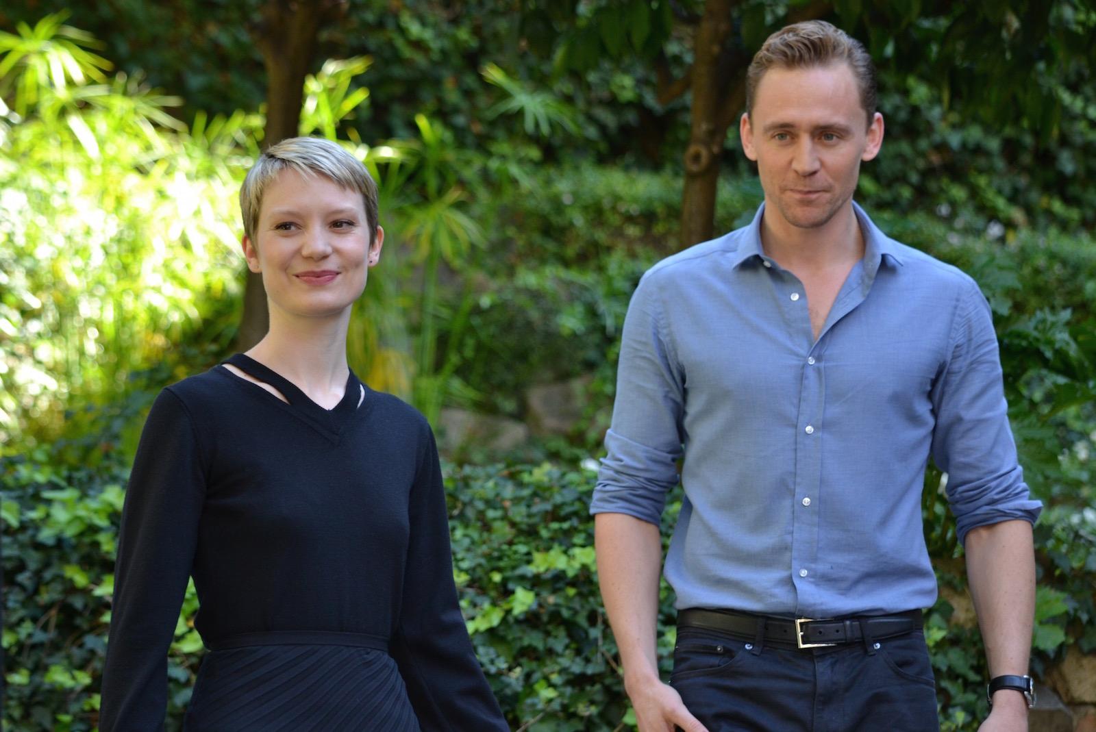 Crimson Peak:Mia Wasikowska e Tom Hiddleston mentre arrivano al photocall