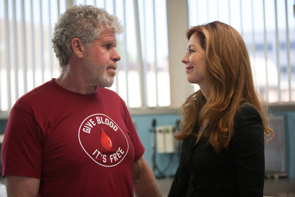 Hand of God: Ron Perlman e Dana Delany in una foto del pilot