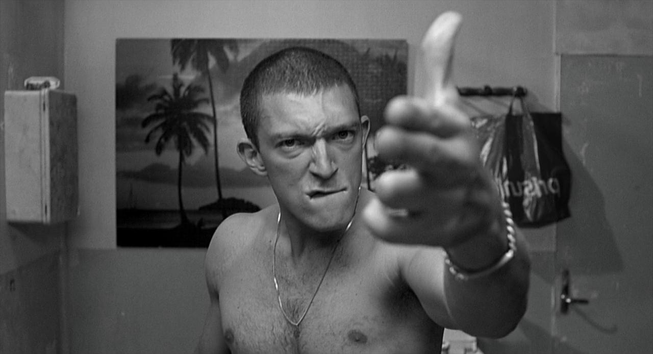 L'odio: Vincent Cassel punta le dita a mo' di pistola