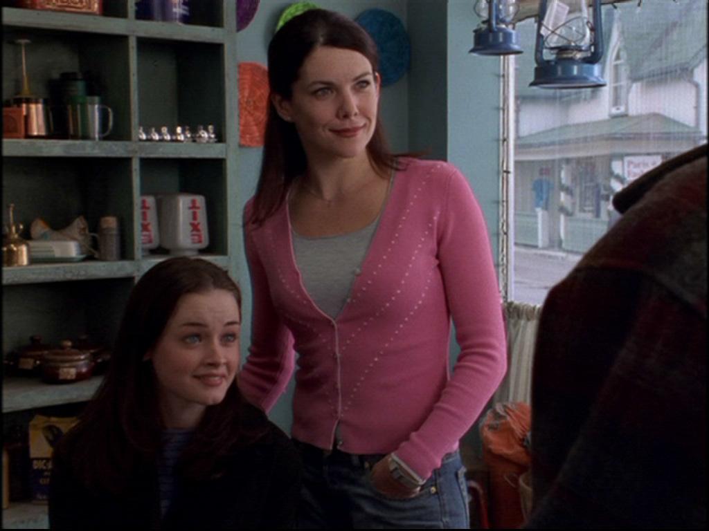 Una mamma per amica: Alexis Bledel e Lauren Graham in un'immagine tratta dal primo episodio della serie