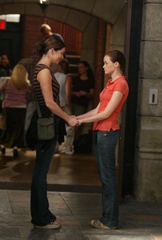 Una mamma per amica: Lauren Graham e Alexis Bledel nell'episodio Lasciare casa