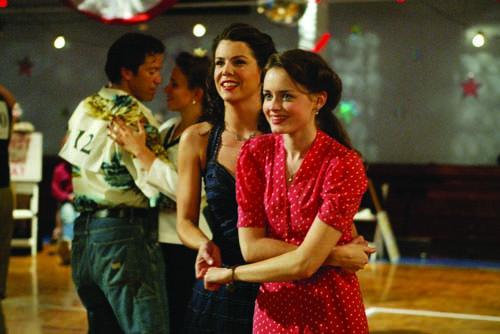 Una mamma per amica: Lauren Graham e Alexis Bledel in una foto della puntata La maratona di ballo