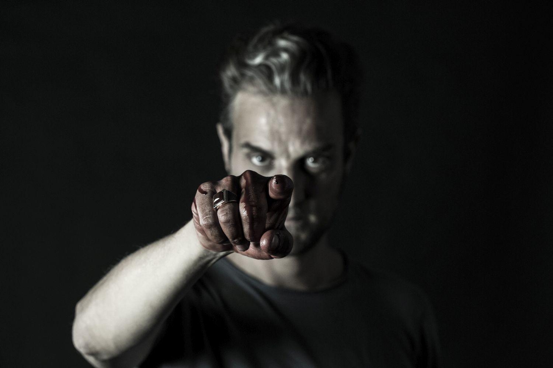 Arthur: Ettore Nicoletti con le mani sporche di sangue