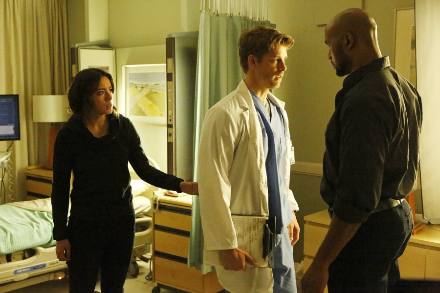 Agents of S.H.I.E.L.D.: Chloe Bennet, Luke Mitchell e Henry Simmons in Laws of Nature