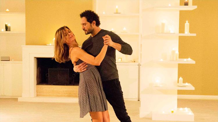 E' arrivata la felicità: Claudia Pandolfi e Claudio Santamaria in una scena della serie