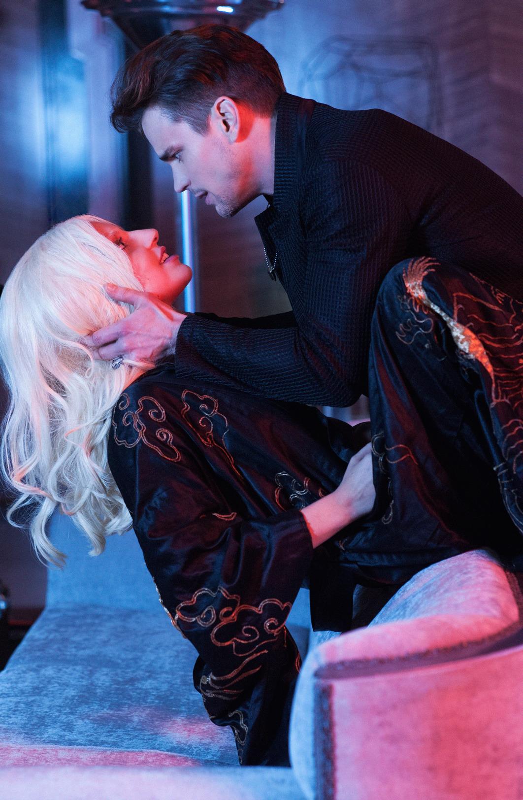 merican Horror Story: Hotel - Lady Gaga e Matt Bomer in una scena della serie