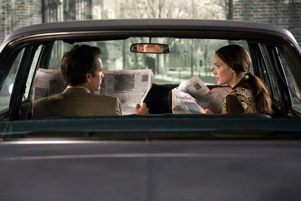 Experimenter: Peter Sarsgaard e Winona Ryder in macchina in una scena del film