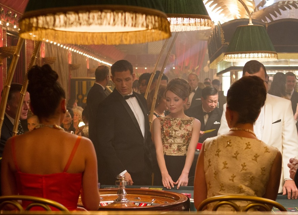Legend: Tom Hardy ed Emily Browning in una scena del film