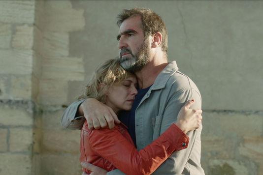 Mad Kings: Céline Sallette ed Eric Cantona abbracciati in un momento del film