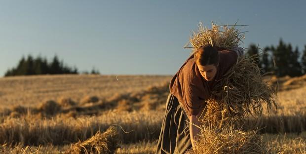 Sunset Song: Agyness Deyn raccoglie i covoni di fieno