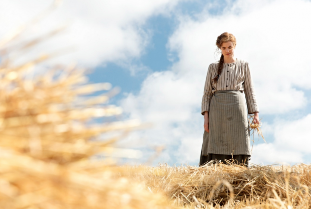 Sunset Song: una bella immagine di Agyness Deyn in campagna