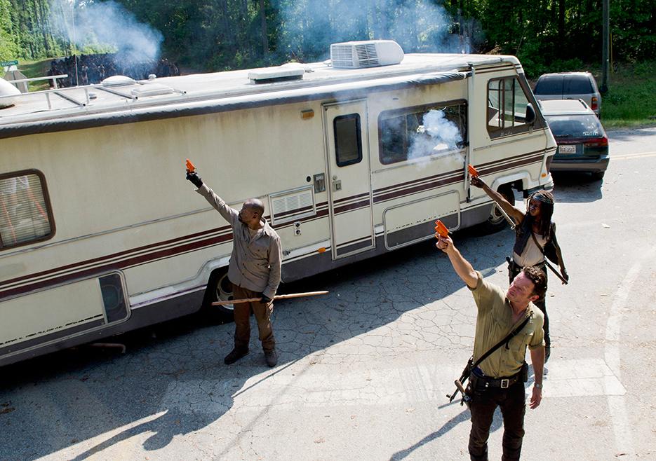 The Walking Dead: Lennie James, Andrew Lincoln e Danai Gurira interpretano Morgan, Rick e Michonne impegnati a distrarre i walker in Come la prima volta