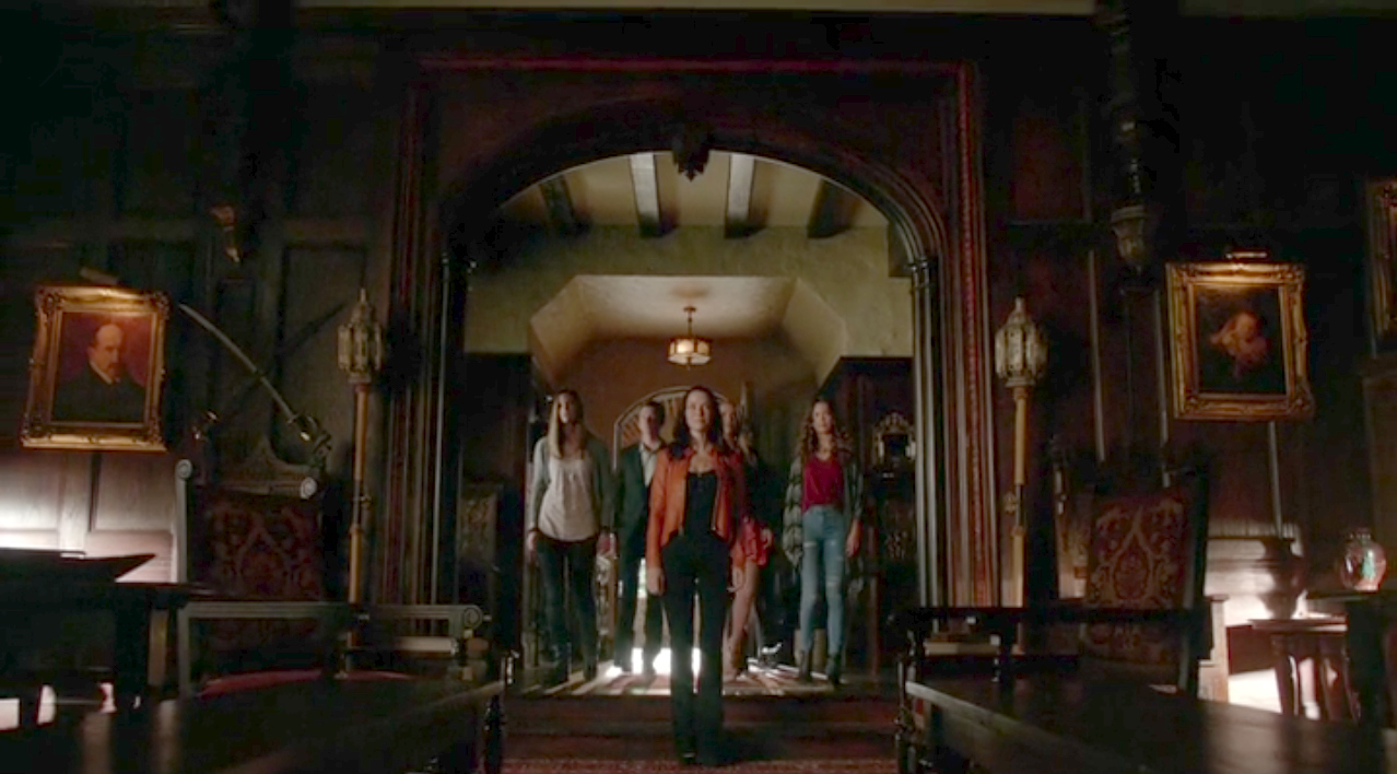 The Vampire Diaries: il gruppo di Eretici a casa Salvatore in una foto dell'episodio 22.190 Days