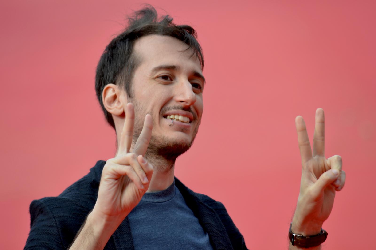 Roma 2015: Luca Denaro sorride ai fotografi sul red carpet di Inside Out