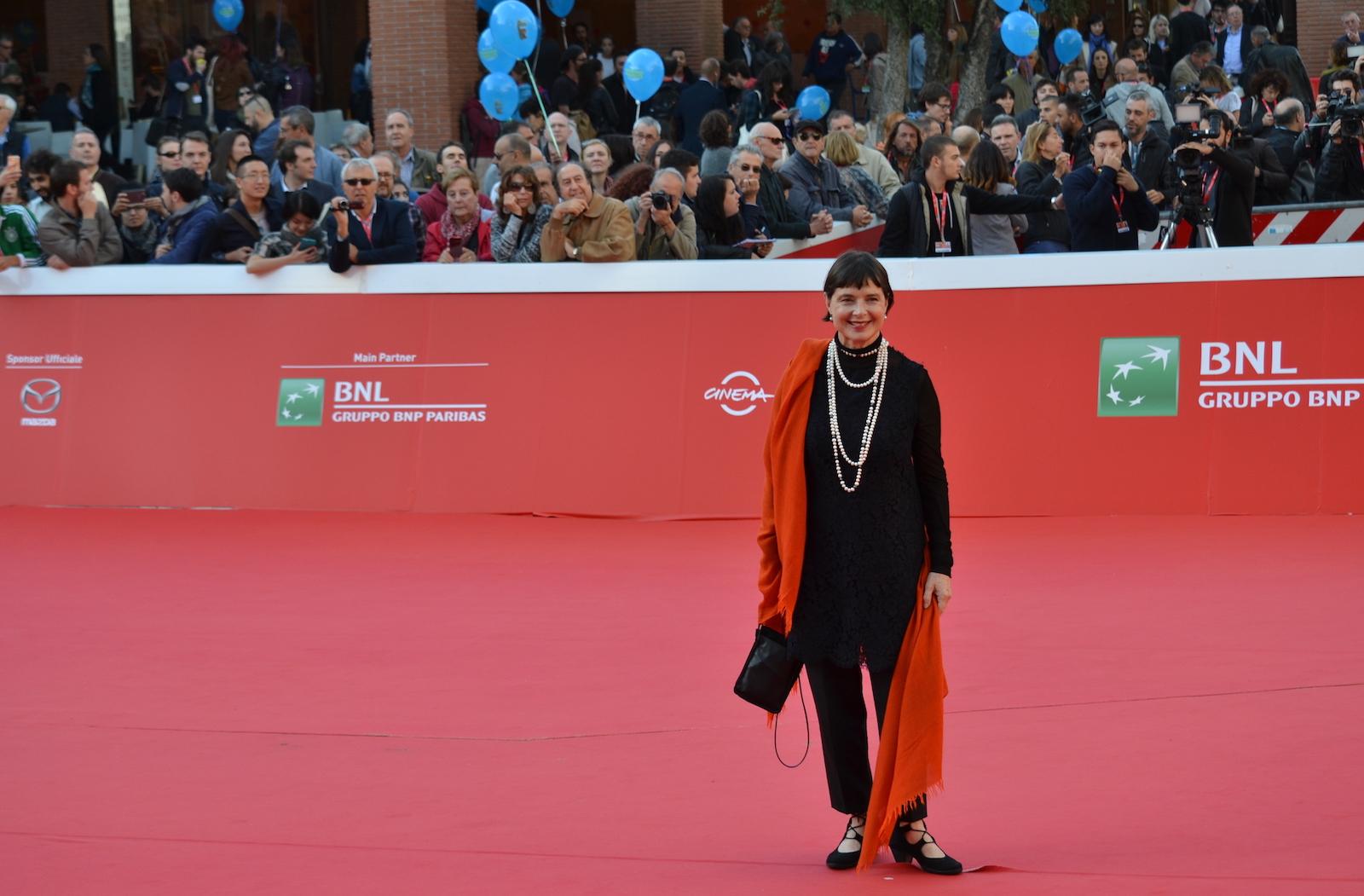 Roma 2015: Isabella Rossellini posa sul red carpet