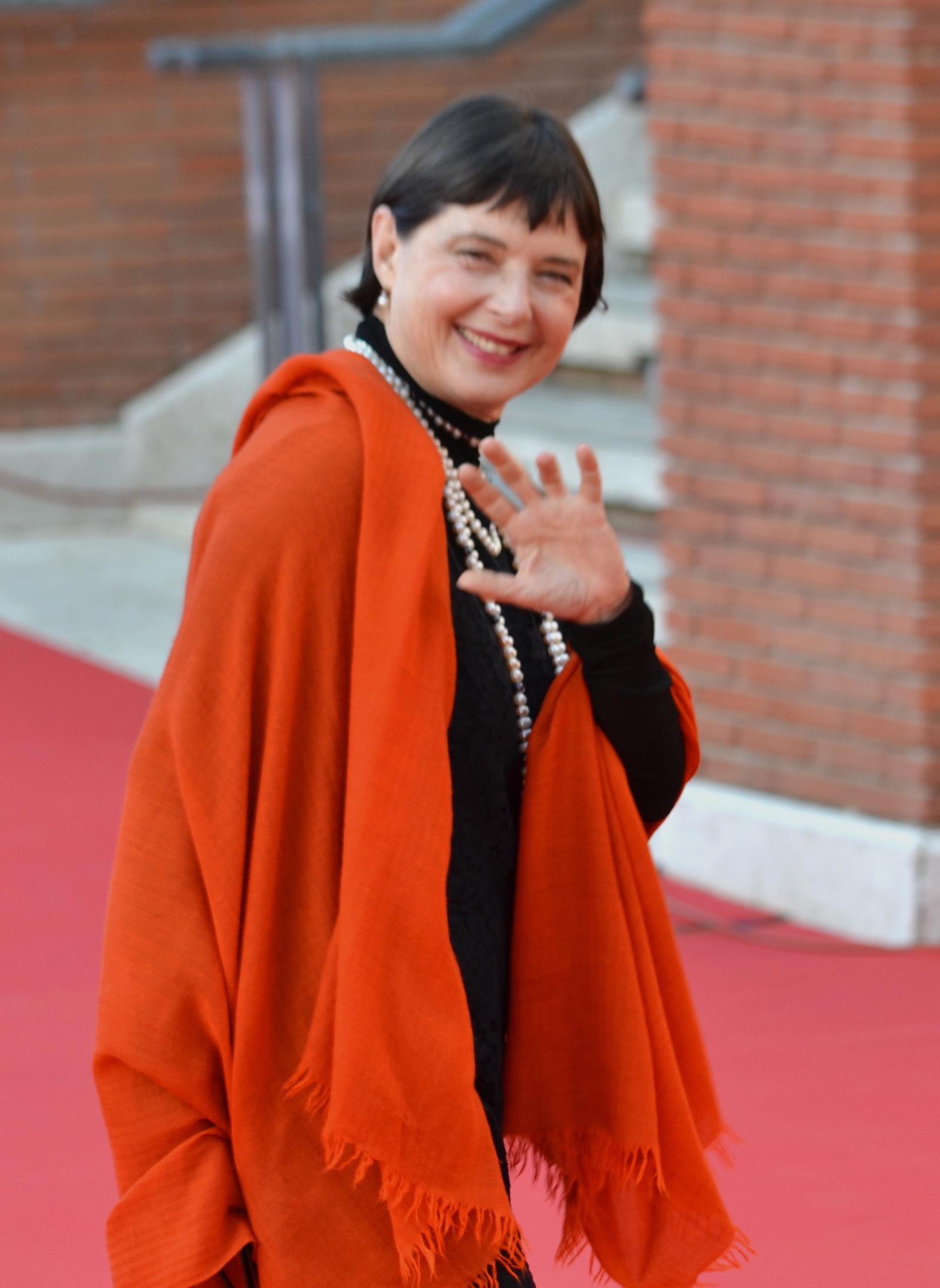 Roma 2015: Isabella Rossellini saluta i fotografi sul red carpet