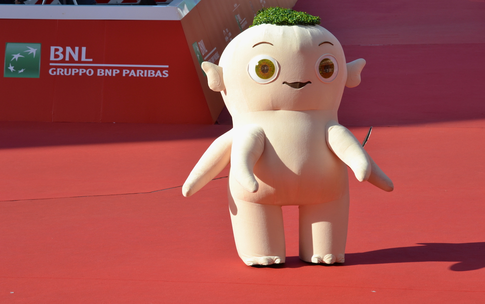 Roma 2015: il personaggio di Monster Hunt posa per i fotografi sul red carpet