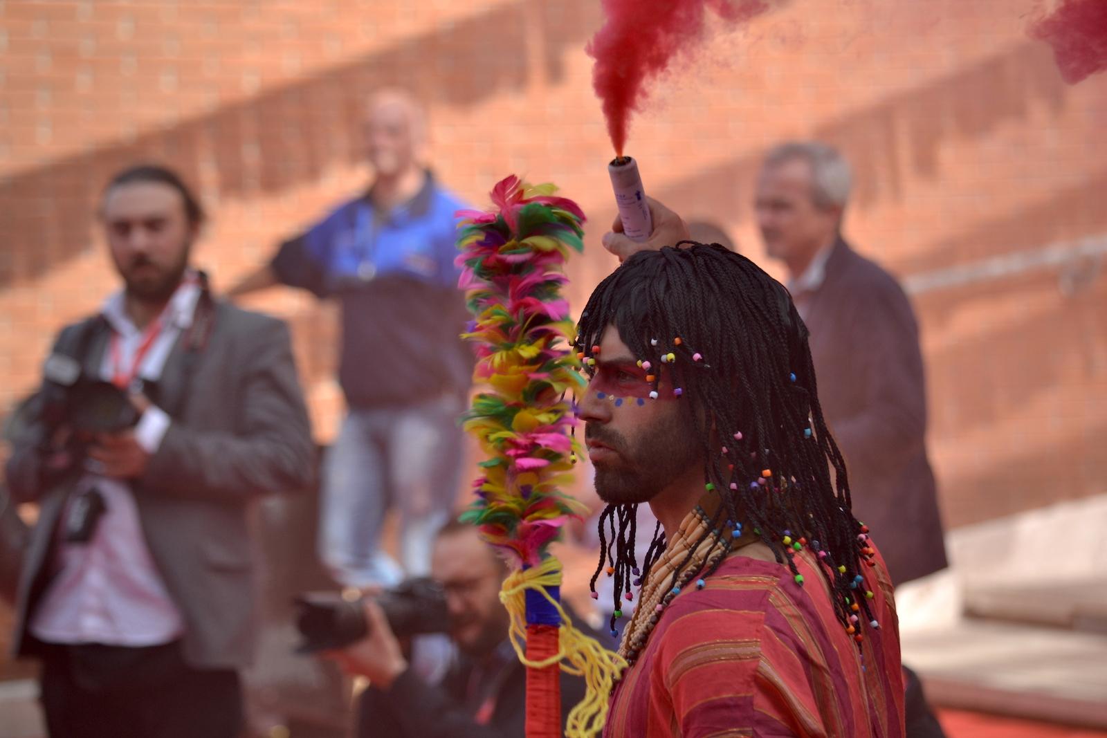 Roma 2015: un acrobata immortalato sul red carpet di Pan - Viaggio sull'isola che non c'è